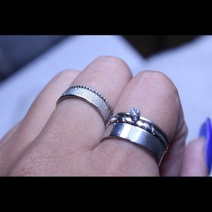 Jewelry - A brand new set of 5 silver rings